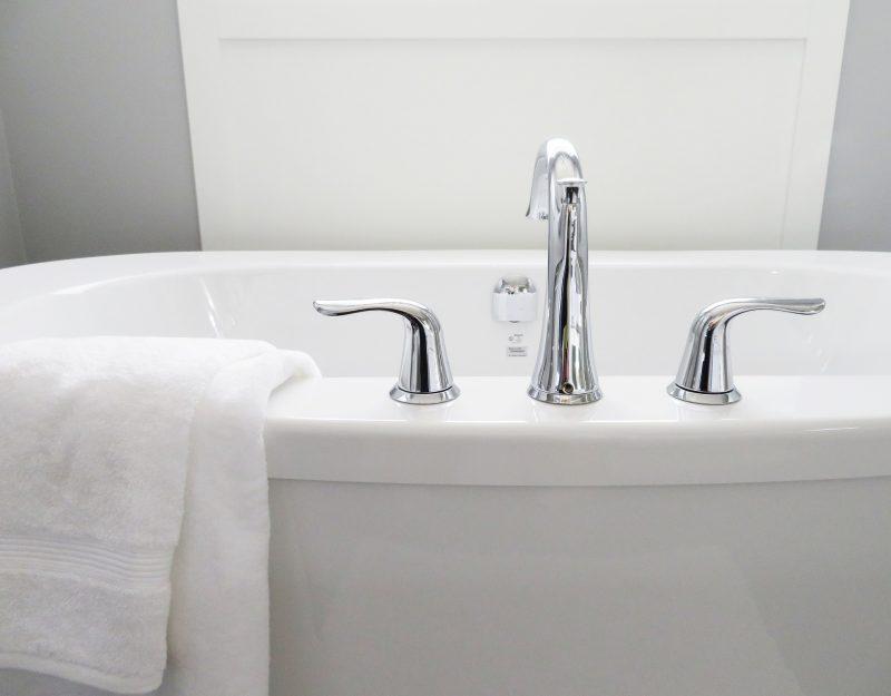 White bathtub, hygge