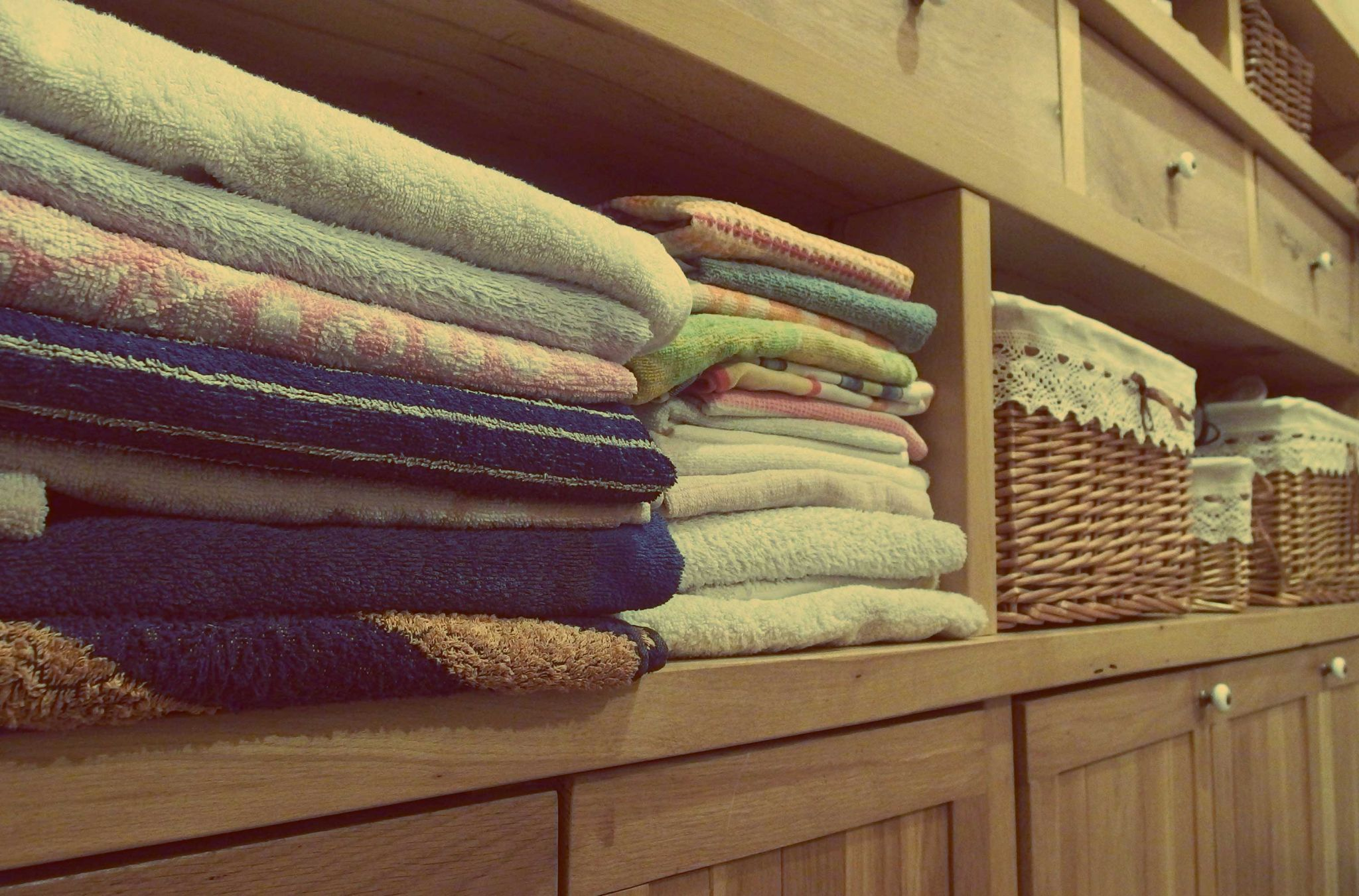 Linen neatly organised with storage baskets - decor ideas for the family home