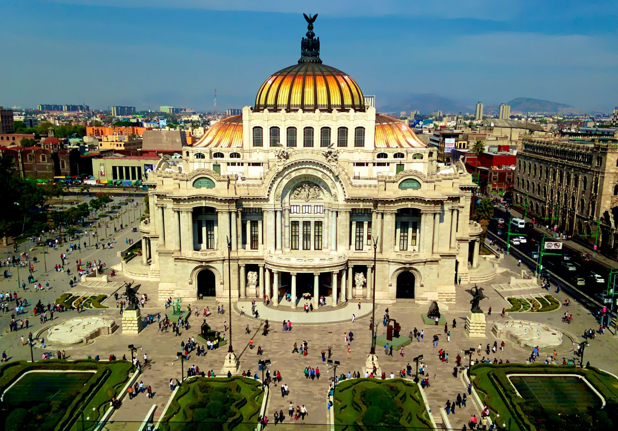 The grand facade of Palacio de Bellas Artes